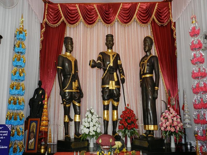 พระบรมรูปของสมเด็จพระนเรศวรมหาราช  สมเด็จพระเอกาทศรถและสมเด็จพระสุพรรณกัลยา